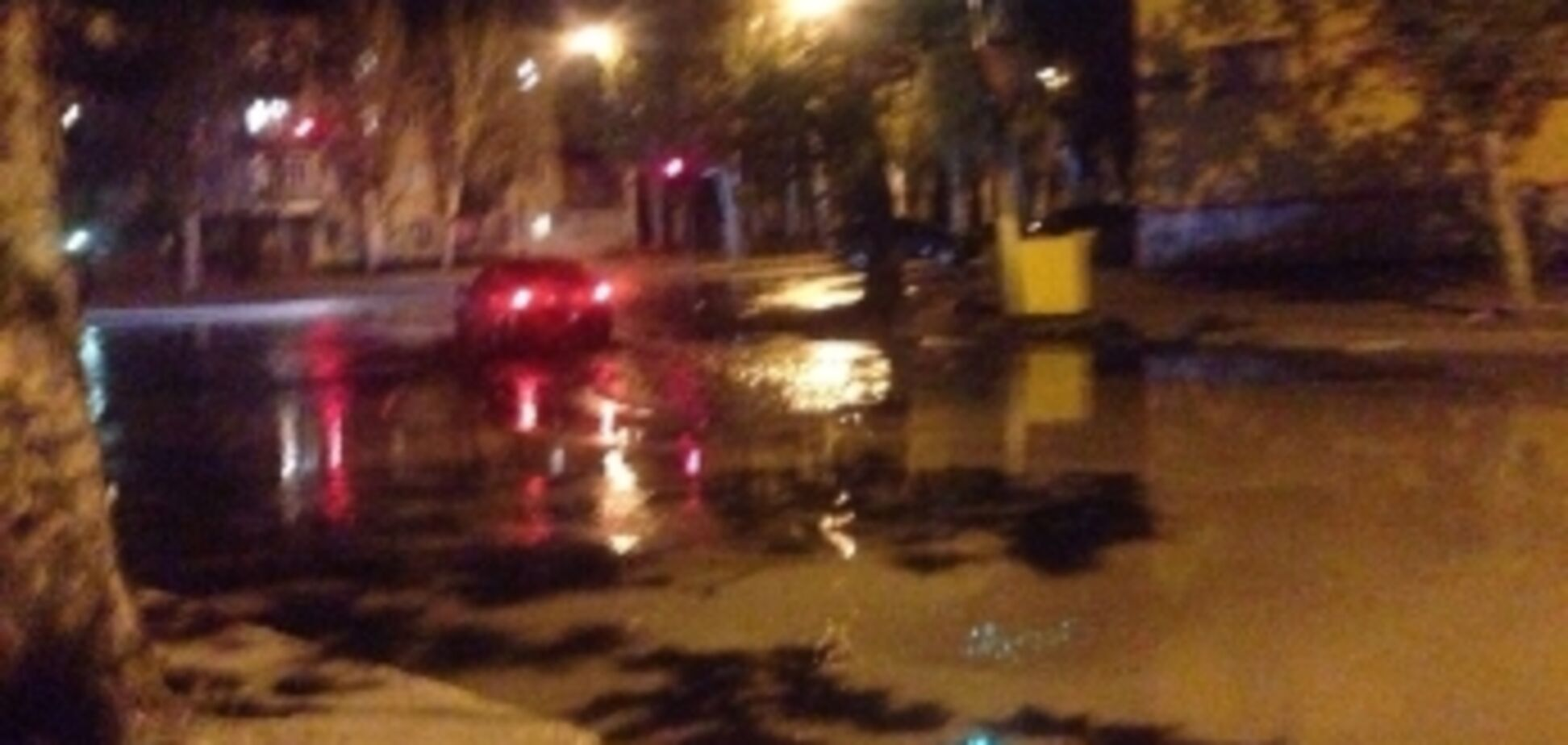 В Мелітополі з-під землі забив 'фонтан': відео