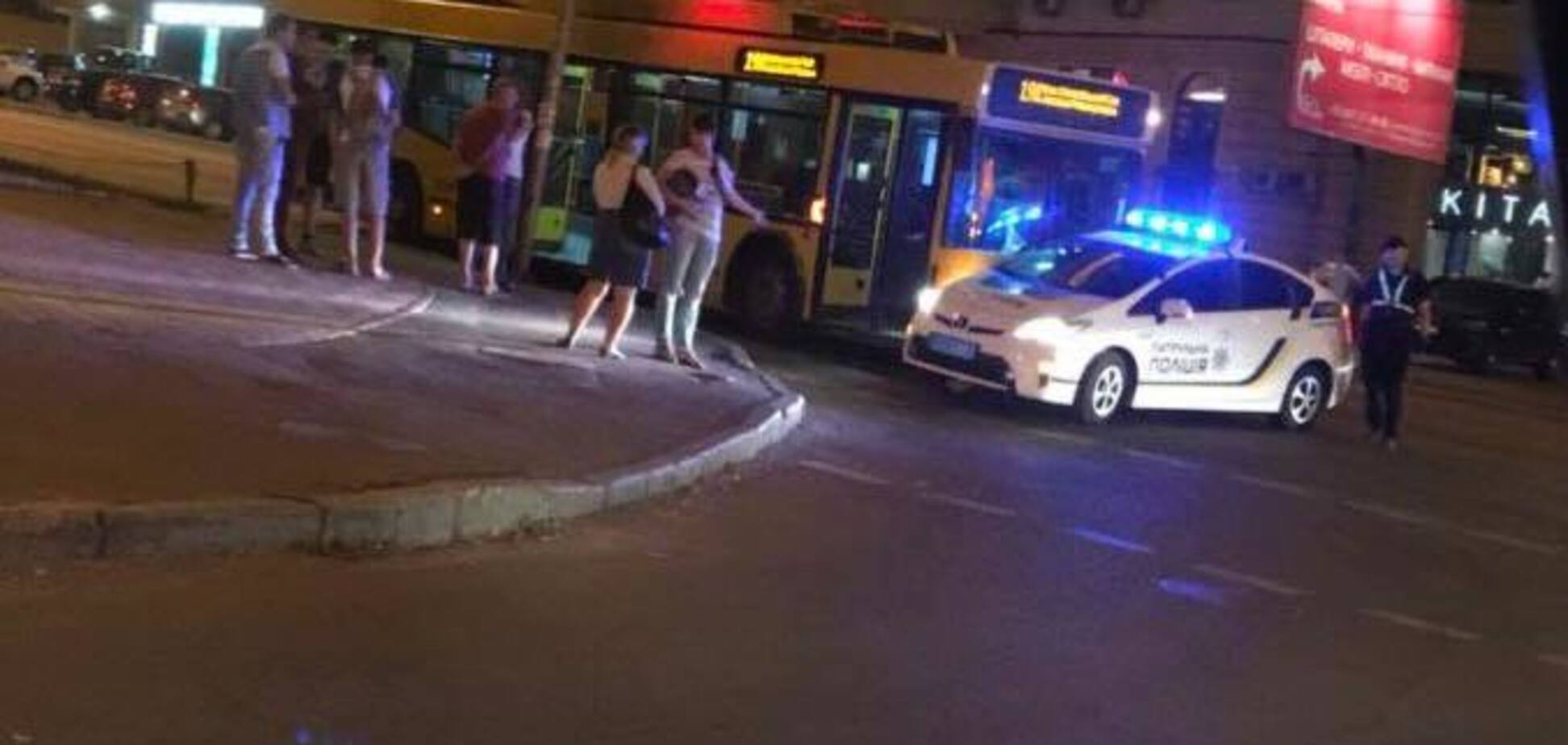 У Києві тролейбус протаранив авто поліції: фото з місця ДТП