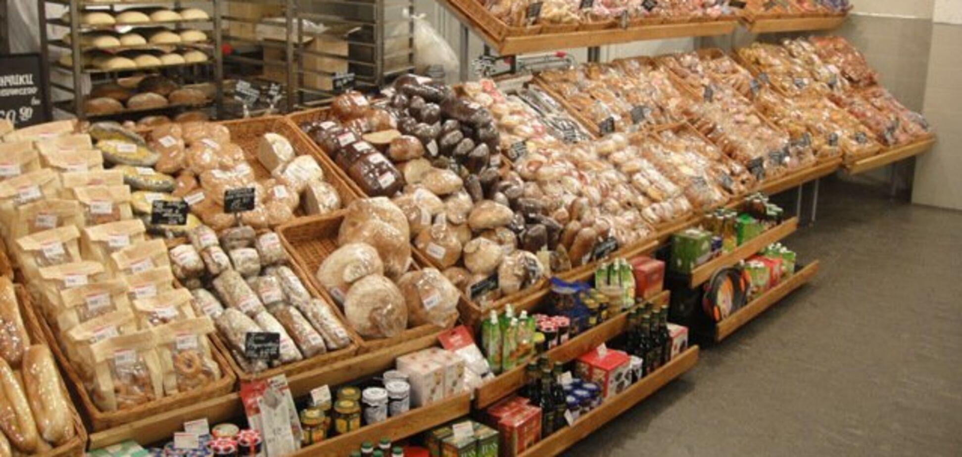 'Додаткова порція білка': в мережі показали черв'яків у випічці київського супермаркету