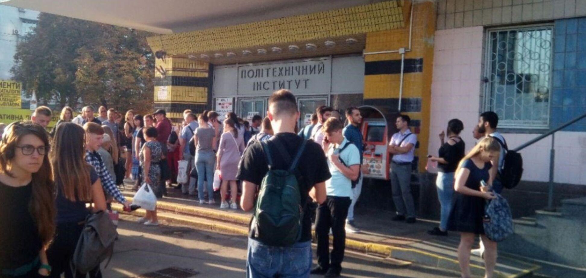 Біля метро Києва вишикувалася величезна черга: з'ясувалися подробиці і причина