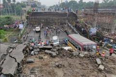 В Индии в час пик рухнул мост: пятеро погибших, десятки раненых и погребенных заживо