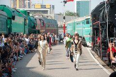 Дефіле між поїздів: в Києві влаштували креативний модний показ