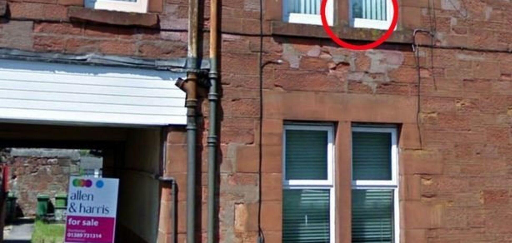 'Прыгал на кровати': призрак ребенка попал на камеры в Шотландии