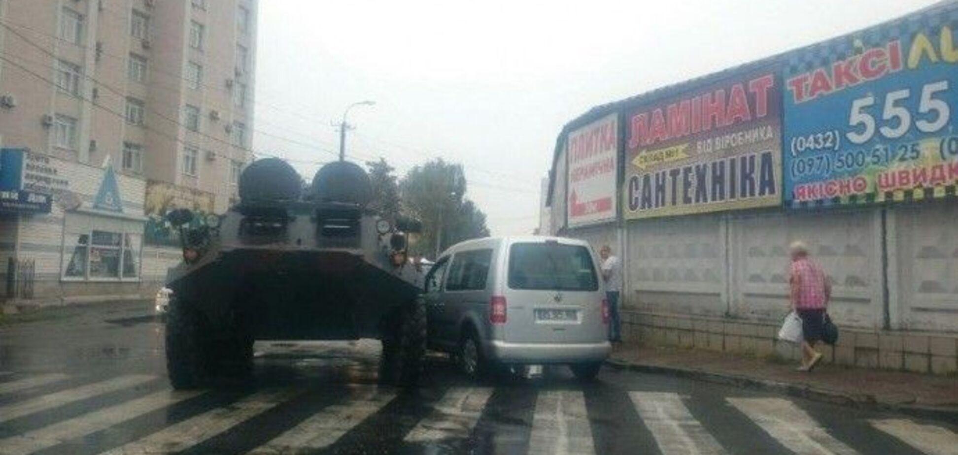 В Виннице автомобиль угодил в ДТП с БТРом: фотофакт