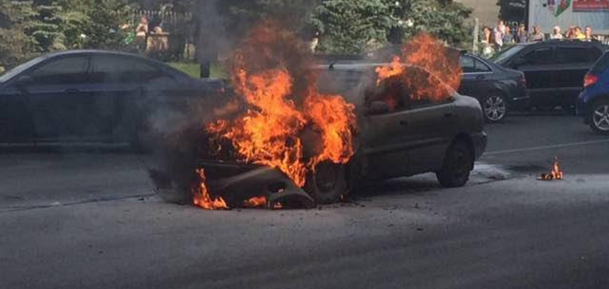 В Харькове на ходу загорелся автомобиль: видео с места ЧП
