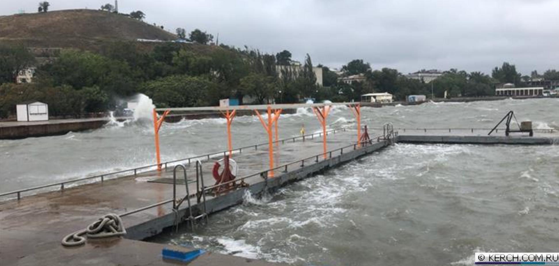 На Керчь обрушилась мощная стихия: пострадал Крымский мост, затонул буксир. Первые фото и видео