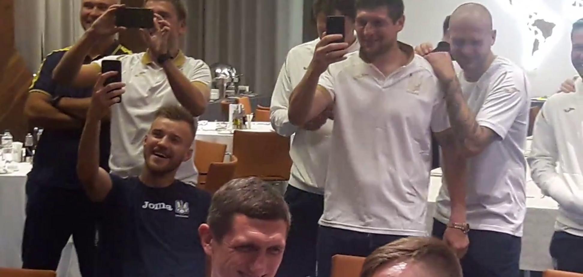 ''Верх цинизма'': поступок футболистов сборной Украины возмутил сеть - опубликовано видео
