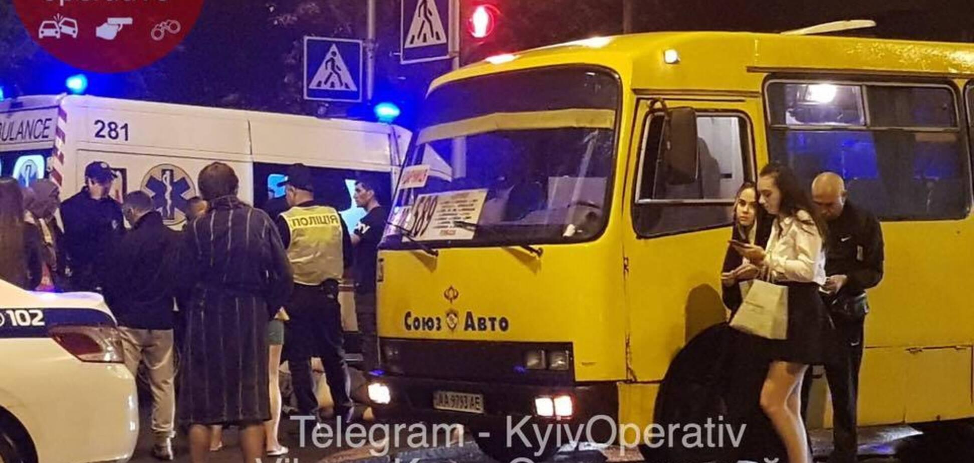 У Києві п'яний пасажир маршрутки порізав юнака через зауваження: фото з місця НП