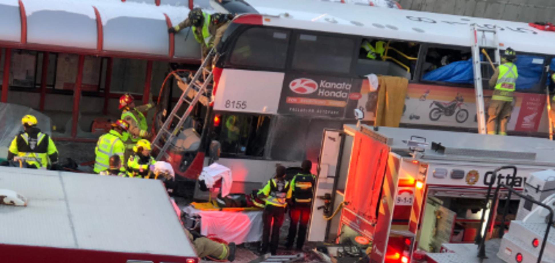 Люди вылетали из окон: в Канаде двухэтажный автобус протаранил остановку, есть жертвы
