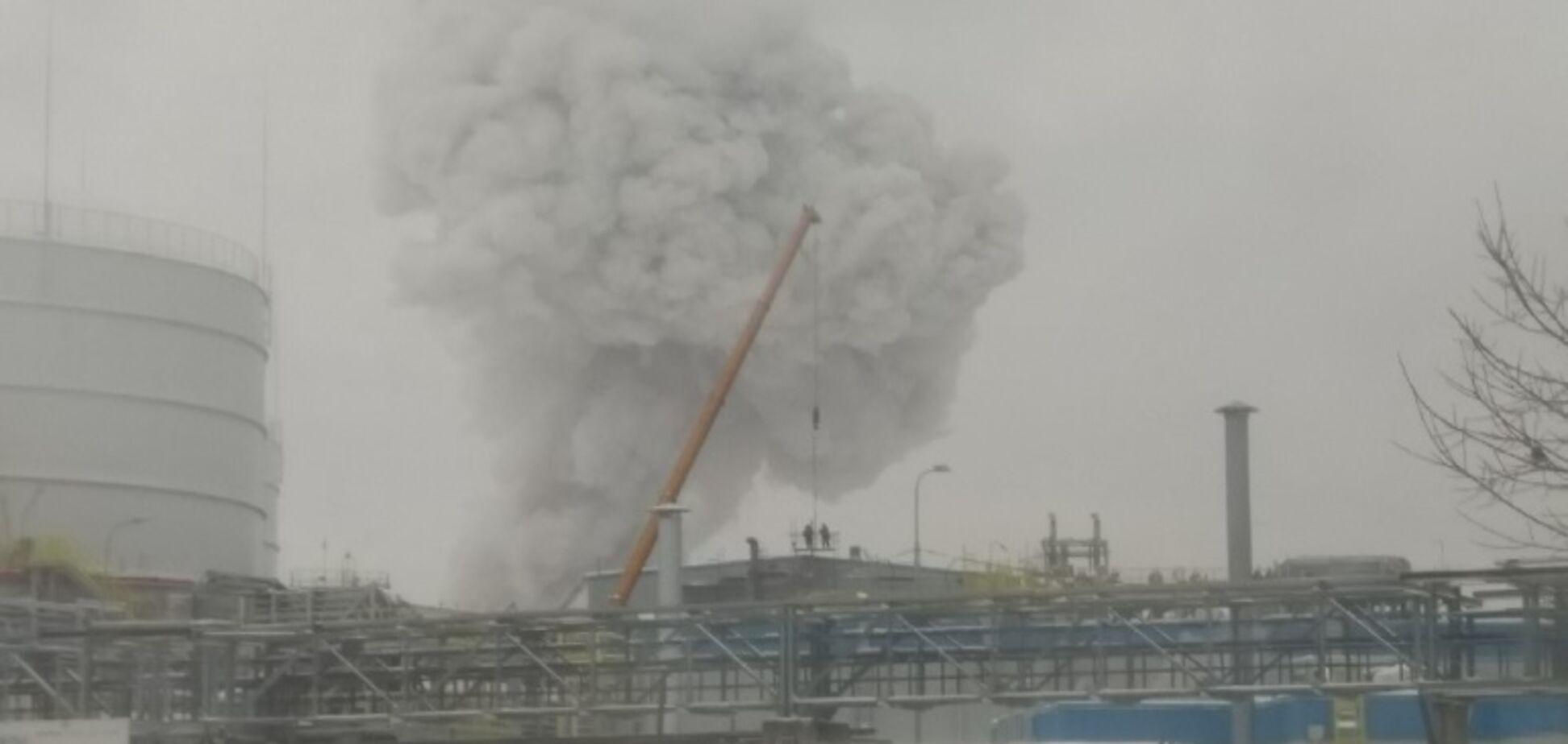 ''Думали, землетрясение!'' В России прогремел мощный взрыв на химзаводе. Первые кадры