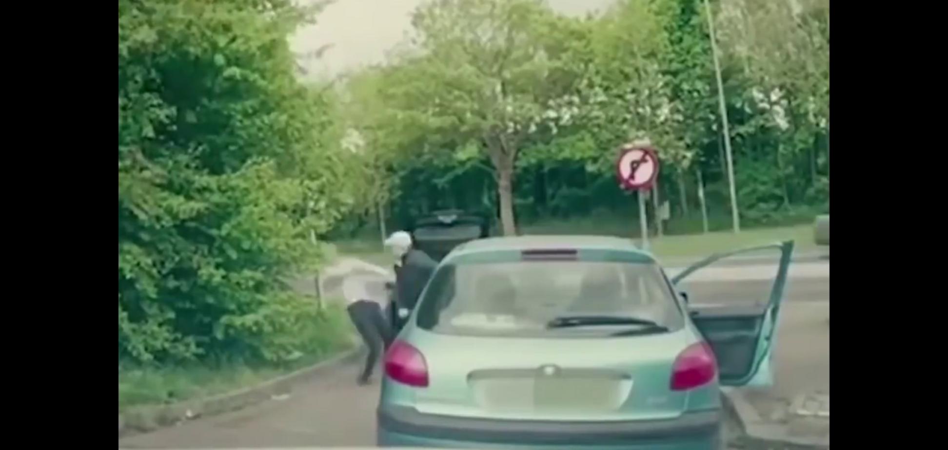 Автохамы нарвались на бойца ММА: момент расплаты попал на видео