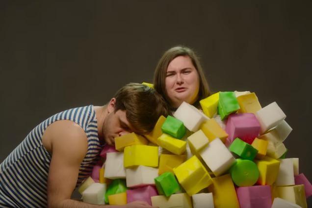 ''Не может наш народ...'' В Украине сняли яркую пародию на хит KAZKA ''Плакала''