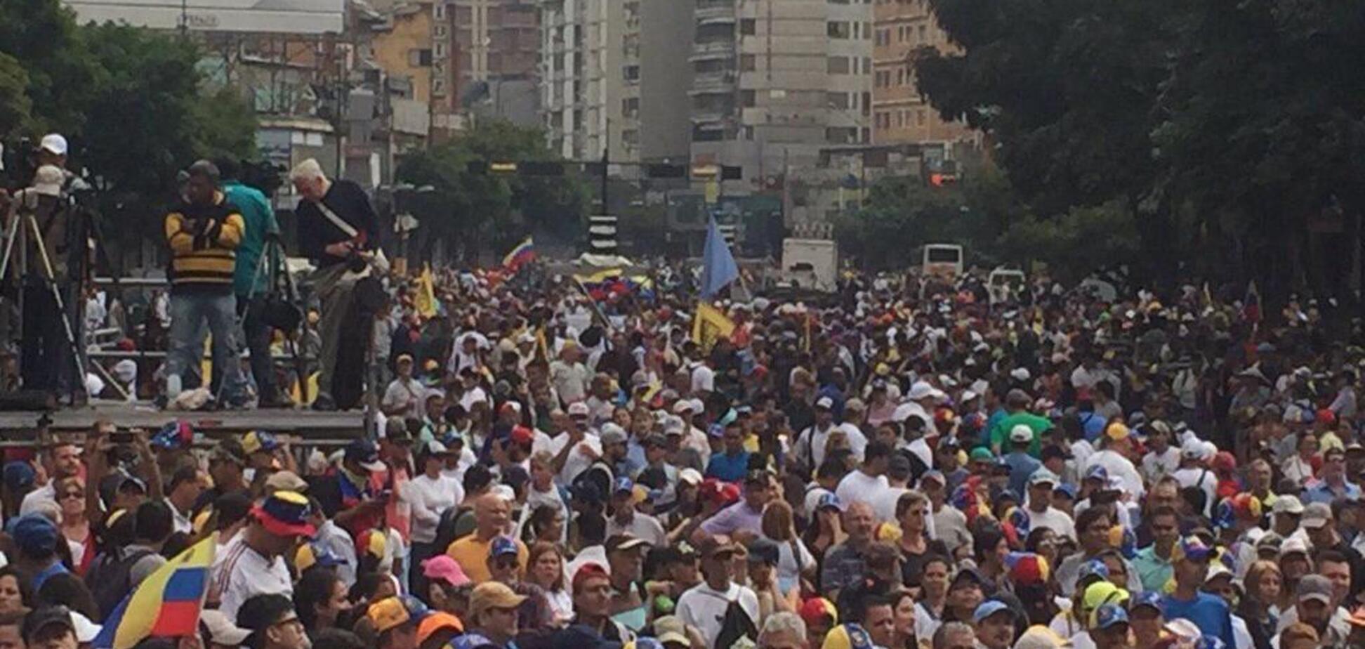 Революция в Венесуэле: силовики открыли стрельбу, есть раненые и убитые
