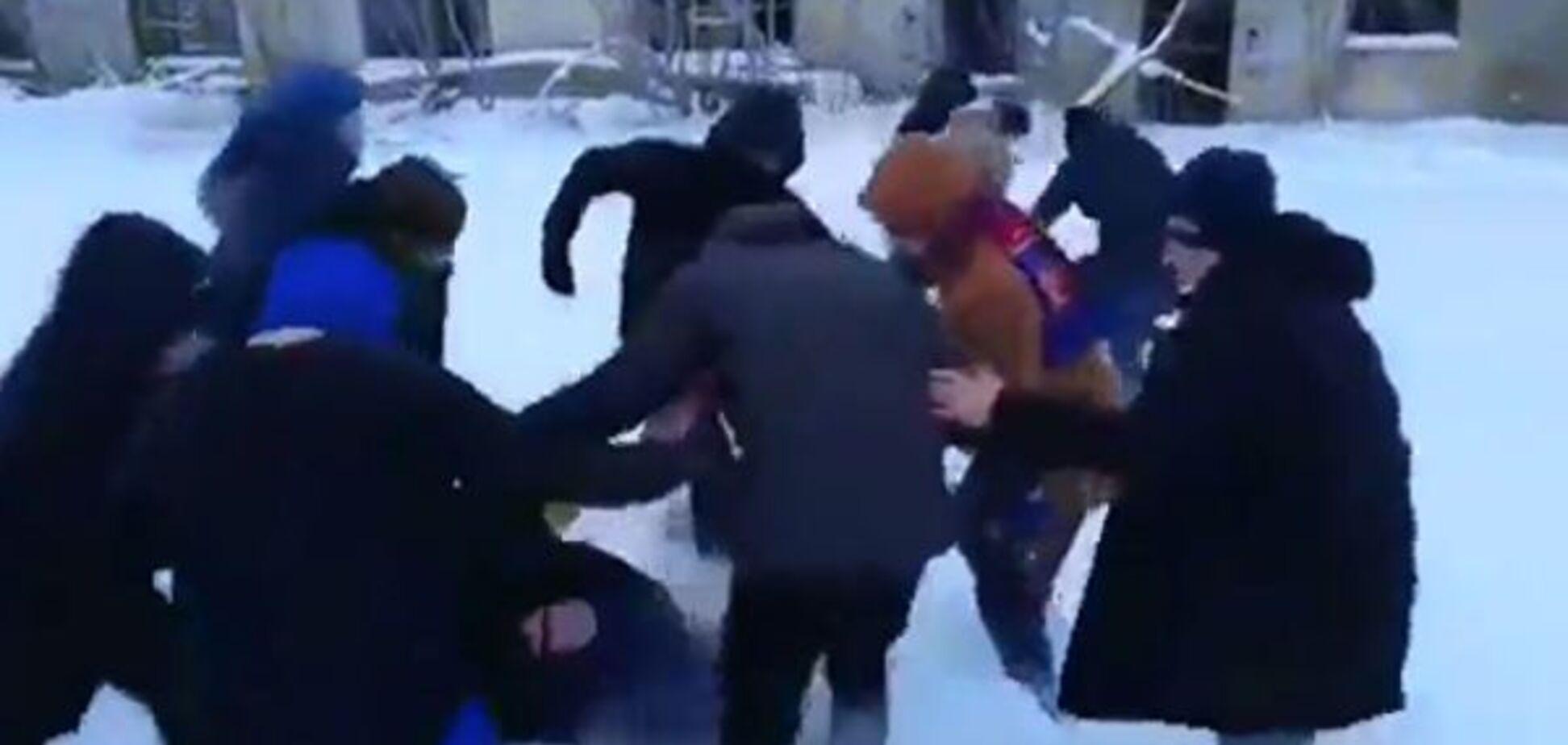 ''Умрите, мр*зи!'' В России толпа по-зверски избила трех подростков. Жесткие кадры