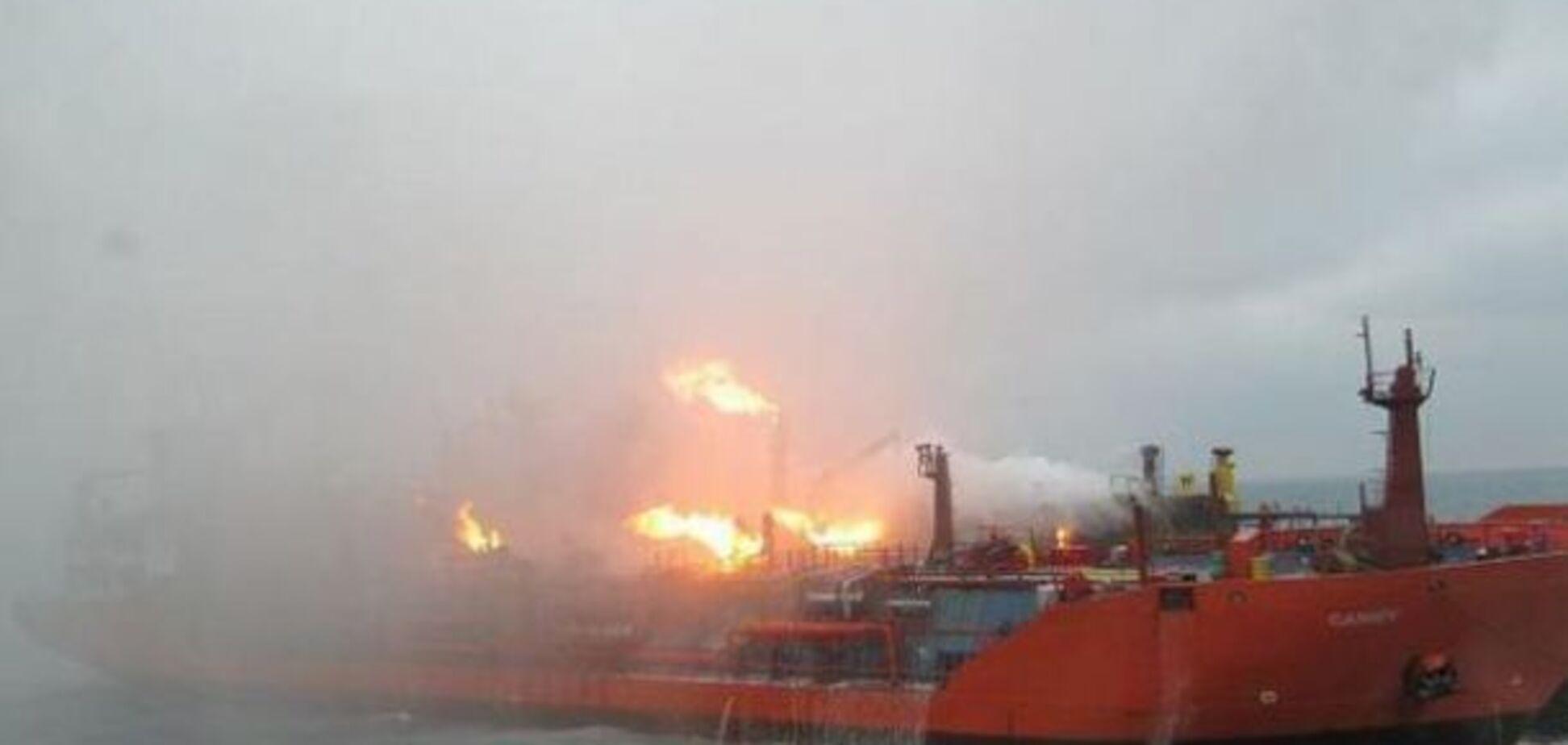 Горящие танкеры дрейфуют! Оккупанты забили тревогу из-за новой угрозы для Крымского моста