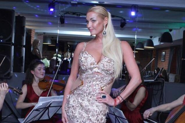 """Точно наркоманка"": Волочкова возмутила сеть фото обнаженных купаний"