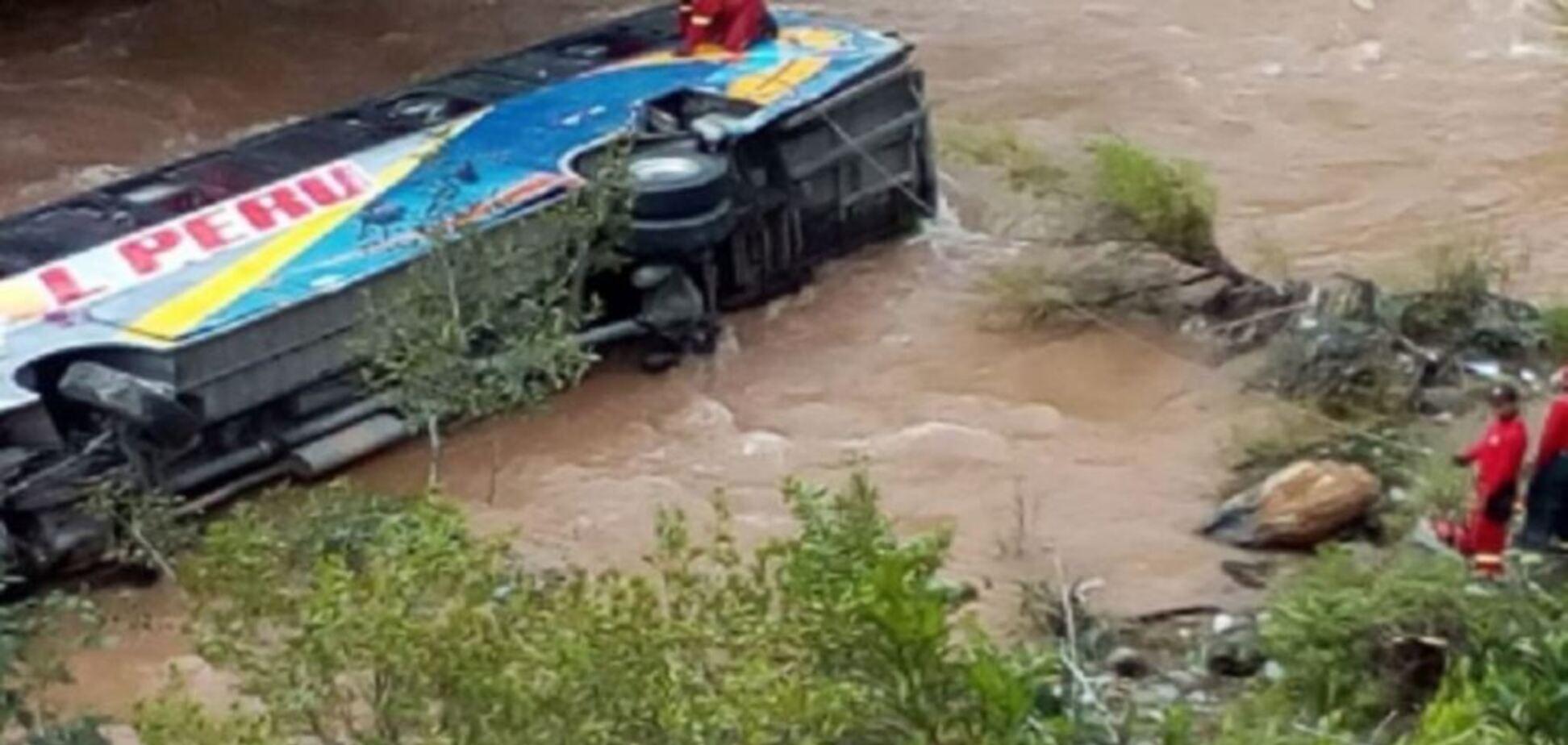 У Перу пасажирський автобус впав у річку: фото і відео жахливої ДТП