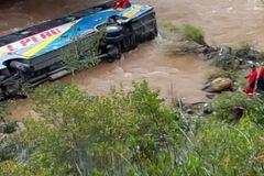В Перу пассажирский автобус рухнул в реку: фото и видео жуткого ДТП