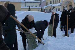 'Путинская стабильность': в России учителей заставили собирать снег в мешки