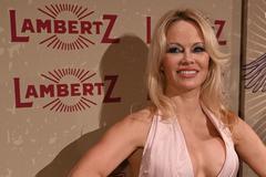 Постаріла Памела Андерсон блиснула грудьми на модній тусовці: пікантні фото