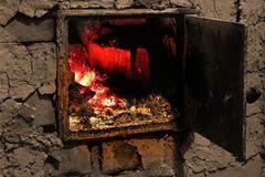 Обвуглене тіло знайшли в печі: в Росії дідусь із бабусею заживо спалили однорічного онука