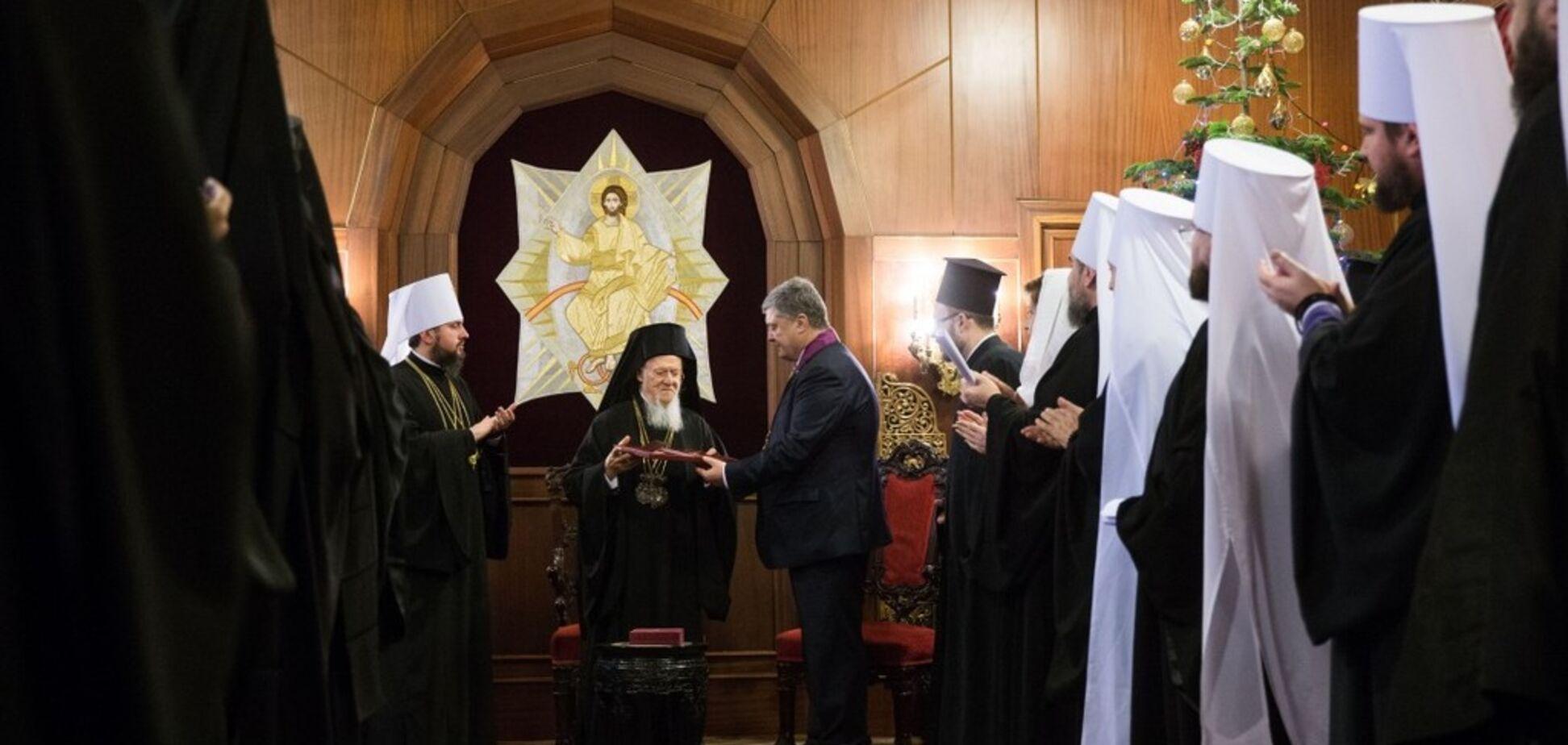 Порошенко присвоїв високу нагороду Варфоломію за Томос Україні
