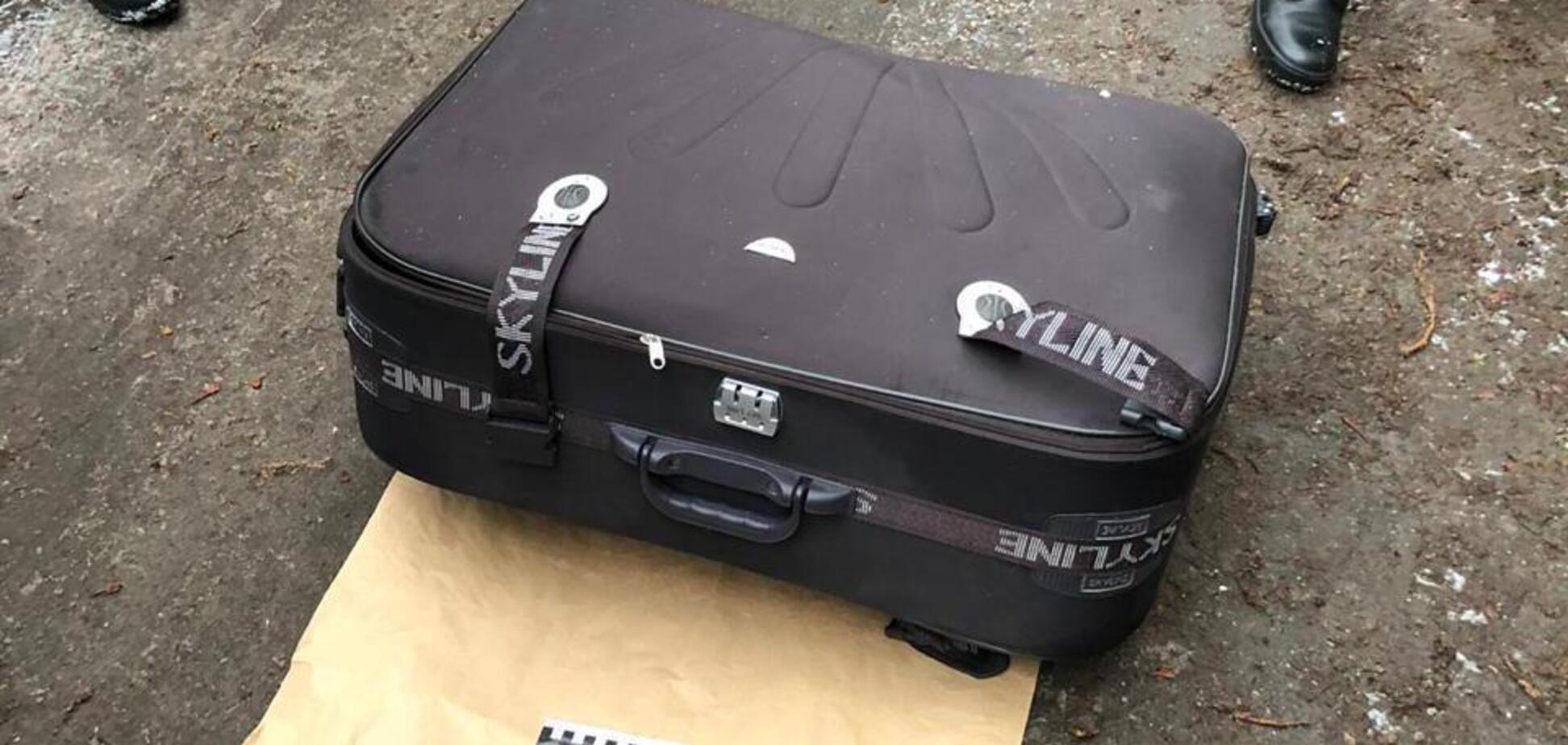 Поліція просить впізнати знайдену у валізі у Дніпрі дівчину: фото 18+