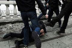 У Дніпрі охоронці жорстоко побили чоловіка: відео 18+
