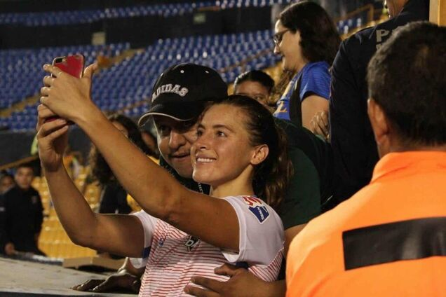 Фанат схватил футболистку сборной США за грудь
