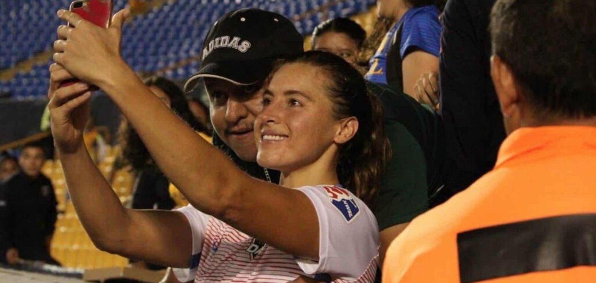 Скандал дня: фанат схватил за грудь футболистку сборной США — фотофакт