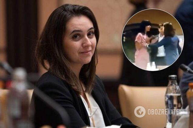 """Мендель знову """"відбивала"""" Зеленського від журналістки"""