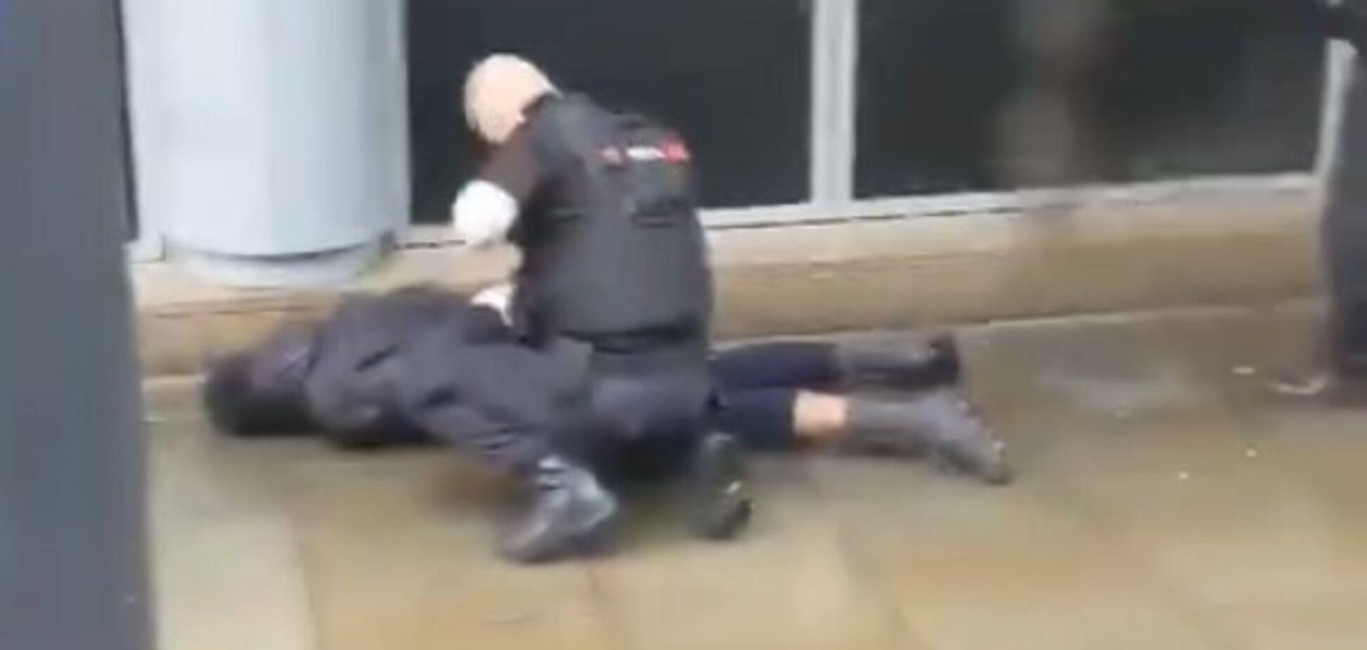 Невідомий напав із ножем на відвідувачів 'Старбакс' у Англії: є постраждалі