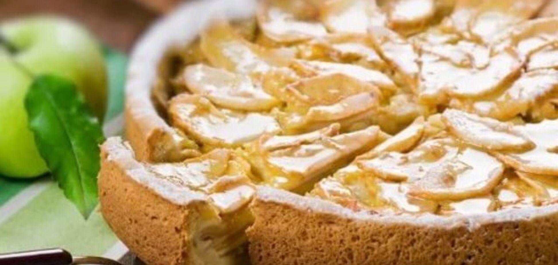 Осенняя шарлотка с яблоками: рецепт