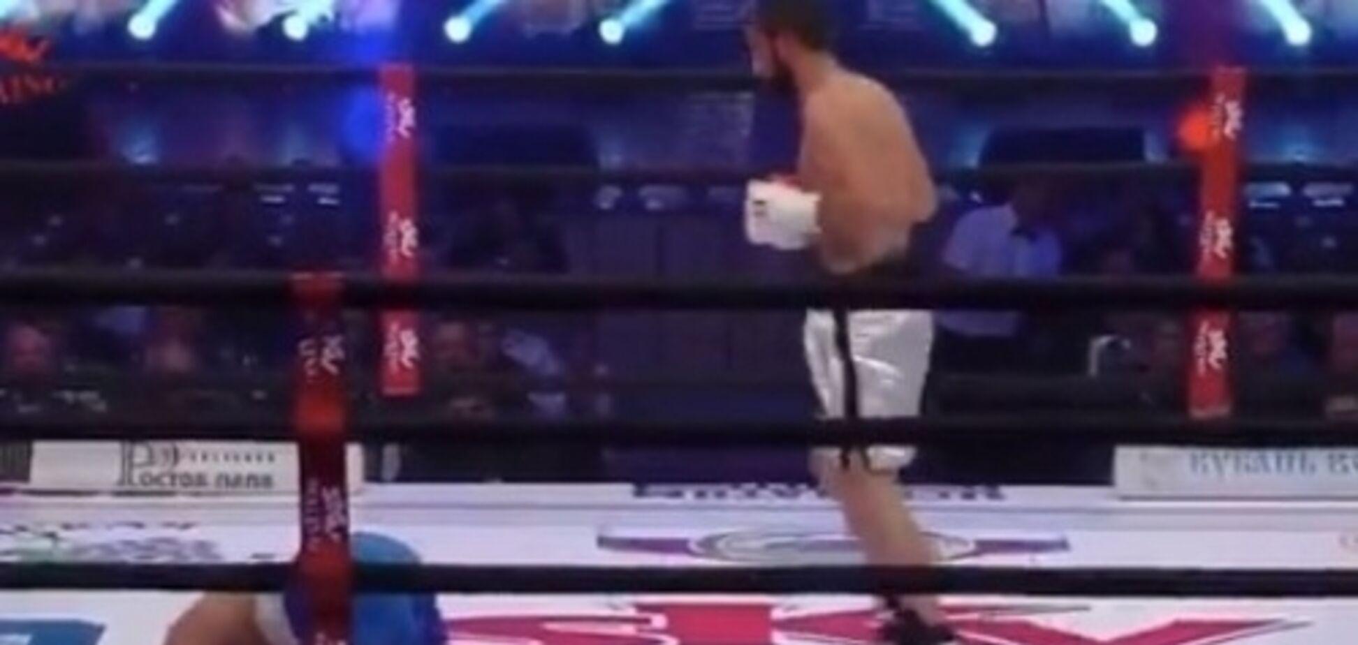 Боксер швырнул соперника на канаты и нокаутировал ударом по печени