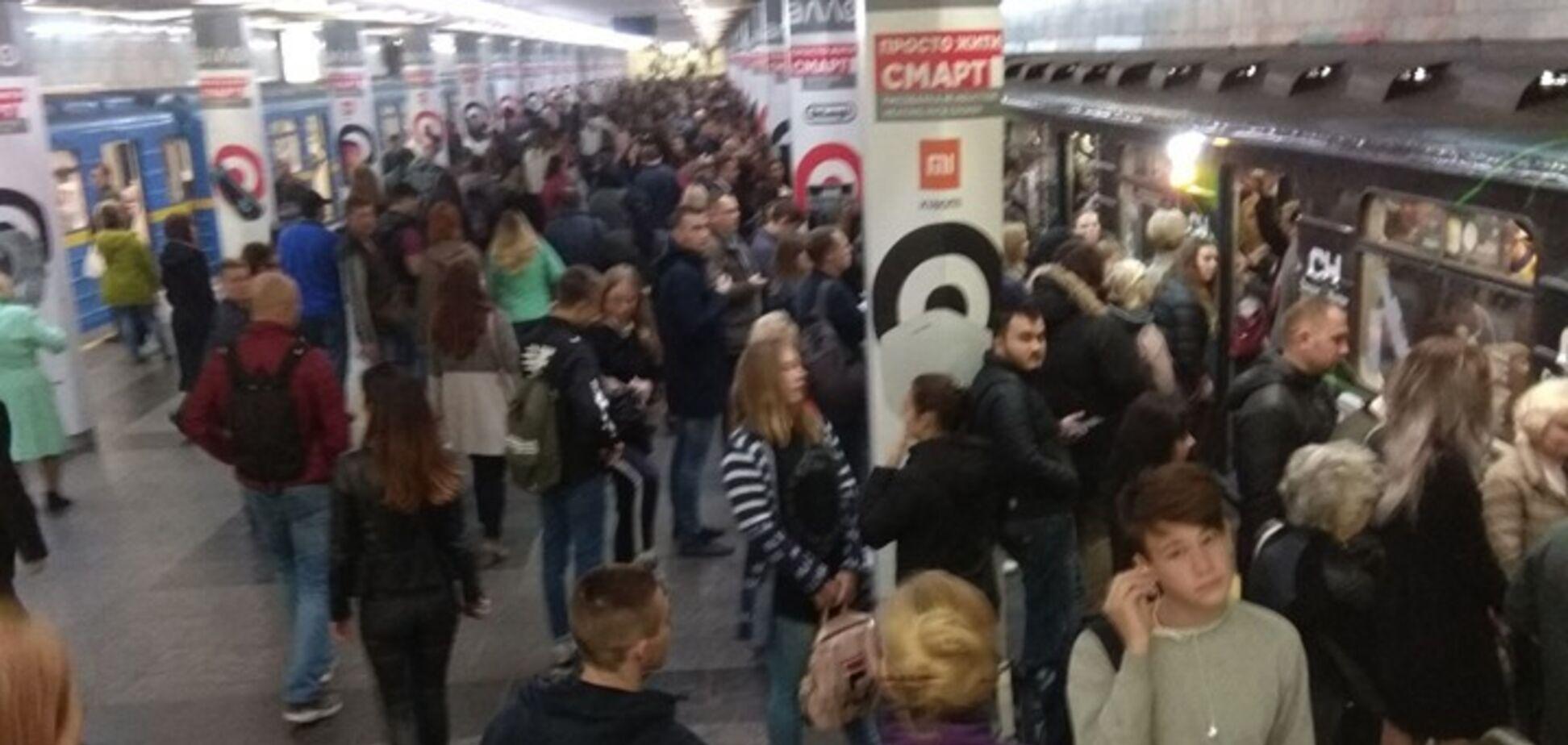 Толпы людей в метро Киева