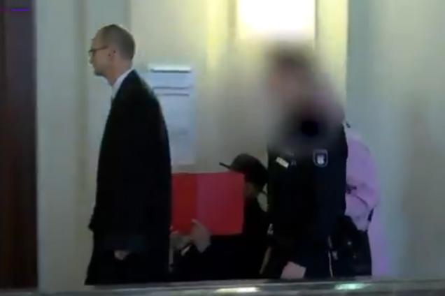 Бруно Д. прибуває на засідання суду