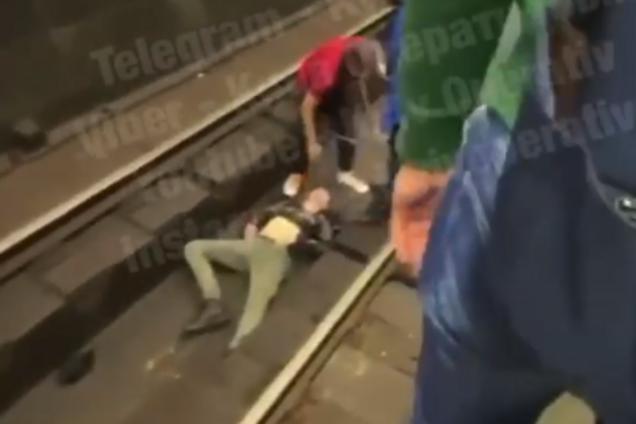 В Киеве мужчина упал на рельсы метро