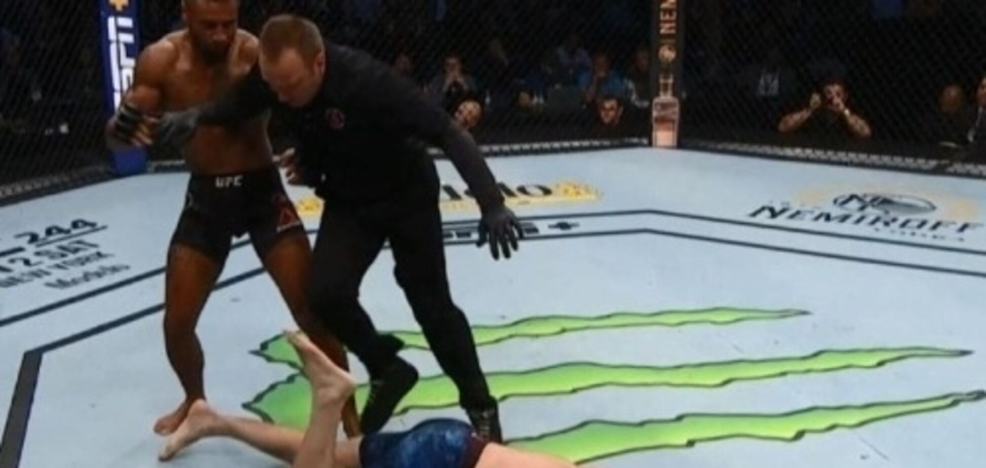 Боец UFC 'пушкой' в челюсть брутально нокаутировал соперника за 15 секунд до гонга - видеофакт