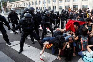 Стріляли і затримували: в центрі Барселони силою розігнали протест