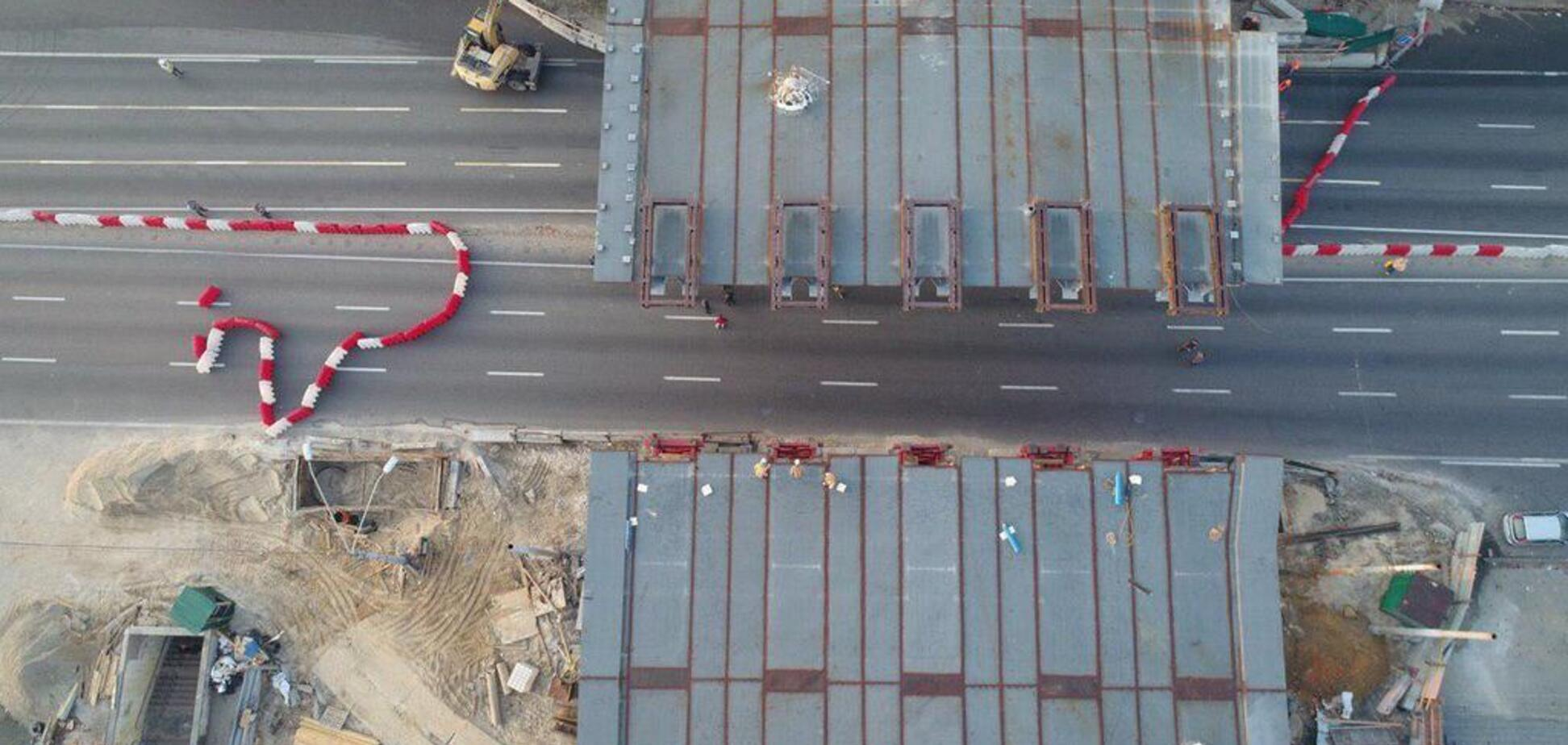 У Києві встановили ключовий прогін Шулявського мосту: фото і відео з висоти