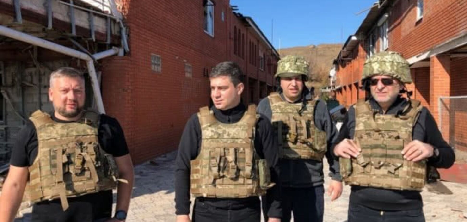 У касках і бронежилетах: Сивохо з депутатами засвітилися на Донбасі. Фото