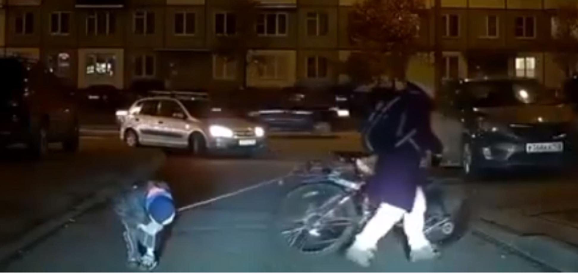 У Росії мати прив'язала сина за шию до велосипеда: момент потрапив на відео
