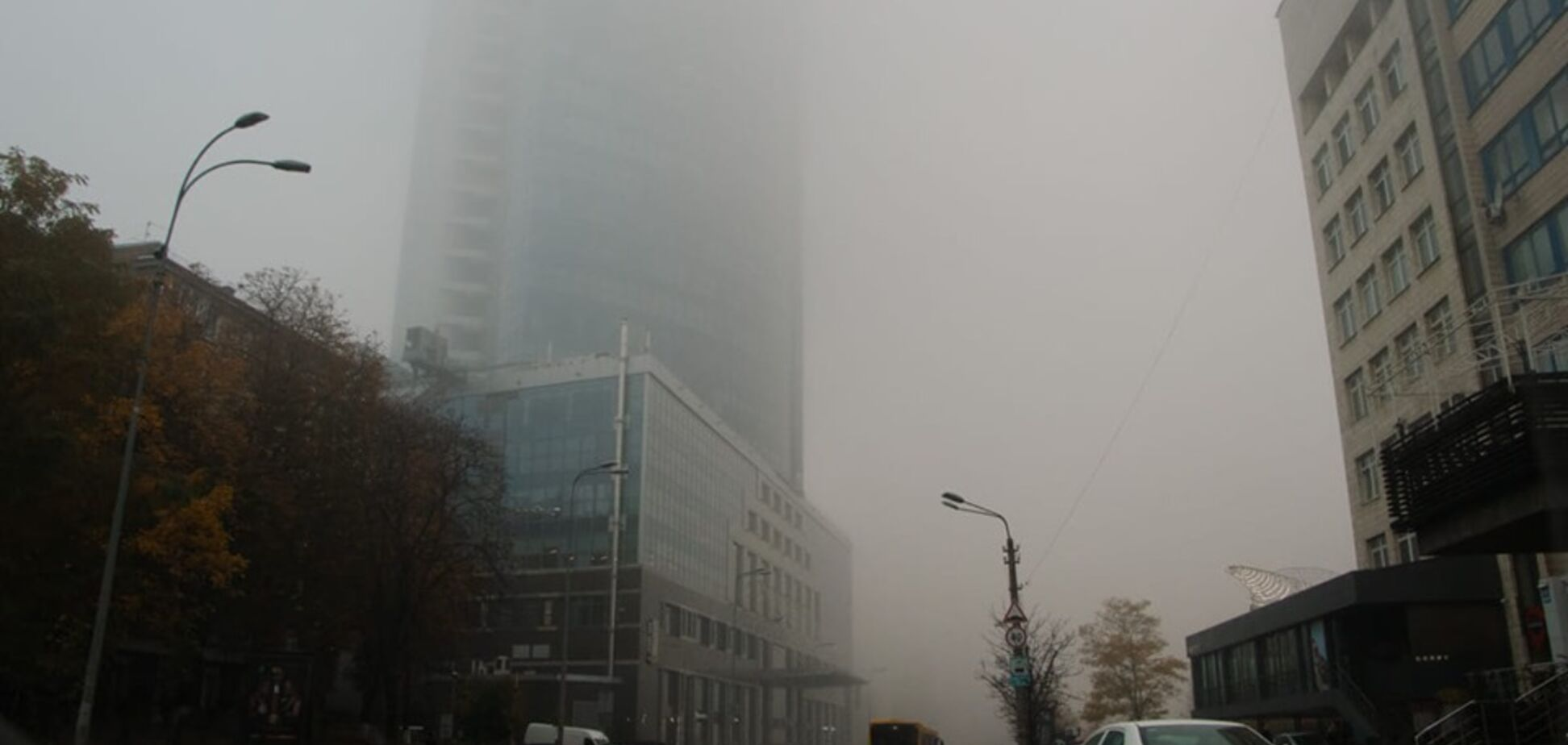 Київ накрило густим туманом