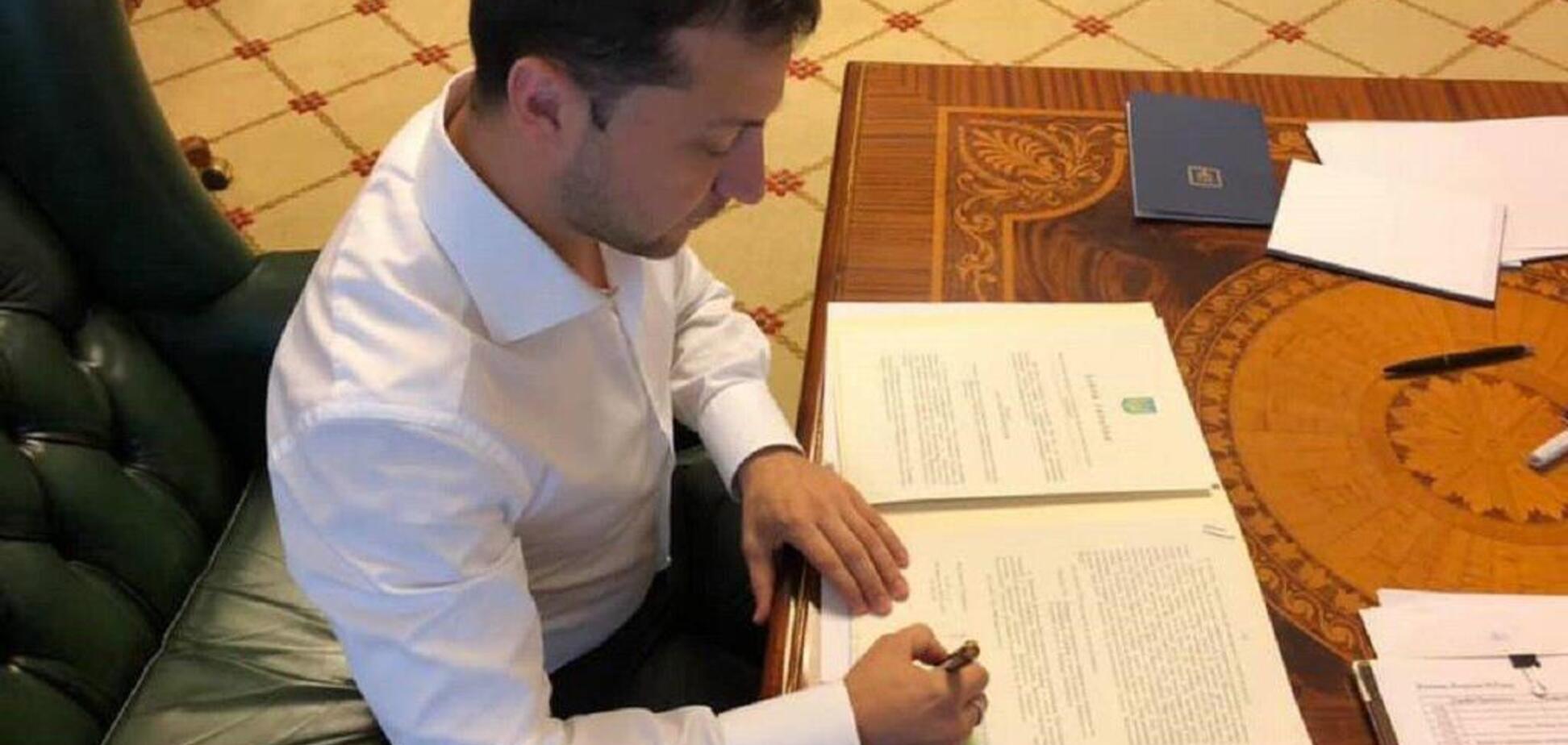 Закон подписан: Зеленский нанес еще один удар по нардепам