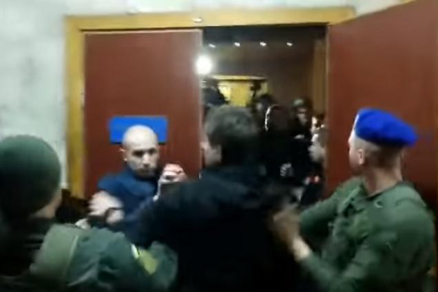 У Києві у суді трапилася бійка через Бандеру і Шухевича
