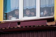 У Росії школярі двічі хотіли викинути однокласника з вікна: момент потрапив на відео