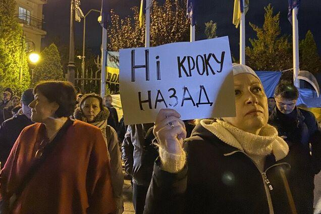 Зеленському влаштували протест проти розведення військ