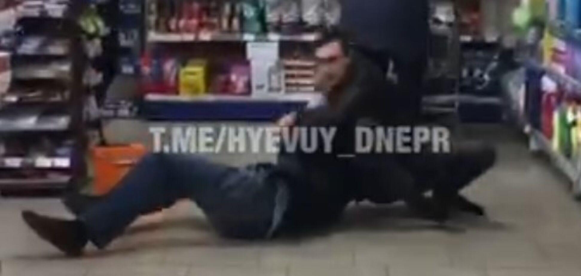 В Днепре произошла жестокая драка в магазине: момент попал на видео. 18+