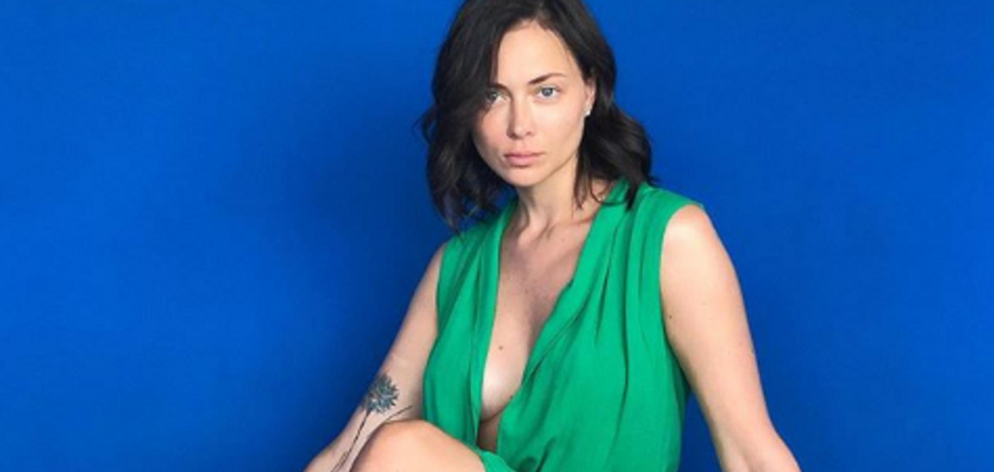 'Невероятная женщина': популярная актриса из РФ восхитила сеть глубоким декольте