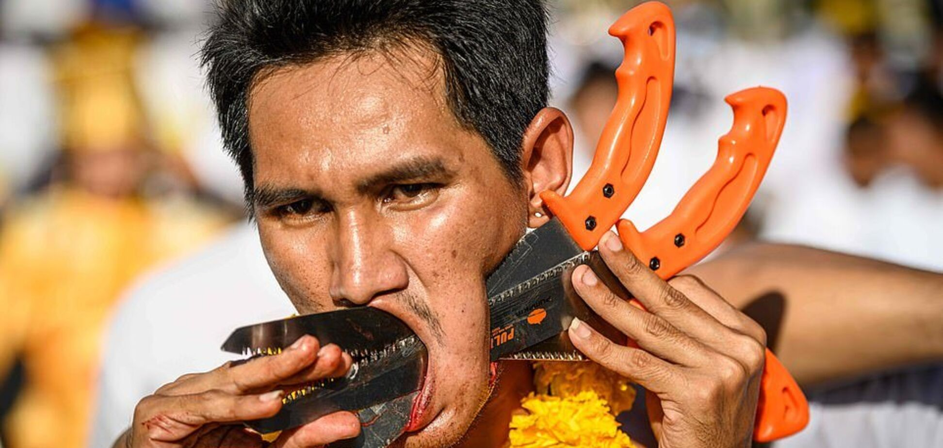 В голове – ножи и шпаги: в Таиланде начался жуткий фестиваль. Фото 18+